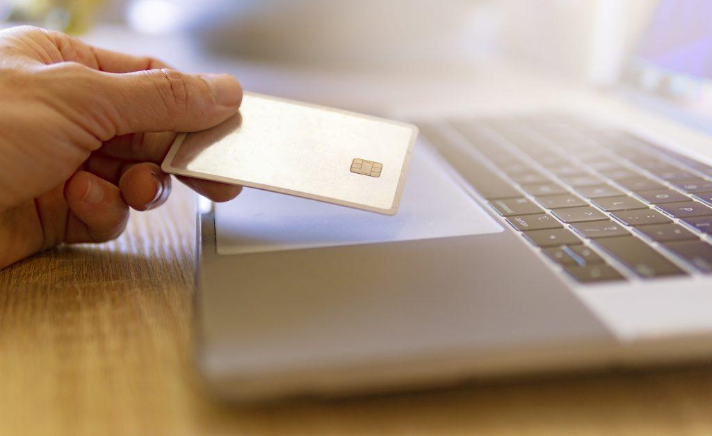 Personne qui réalise un paiement sur un site e-commerce